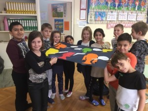 Decembra so učenci 3. b-razreda z razredničarko Mojco Rozman poiskali voščila v različnih jezikih ter pripravili plakat za šolsko avlo.