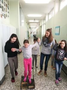 V torek, 21. 2. 2017, smo dan pričeli z družabnimi igrami in igrami v šolski gibalnici, ki smo jo razširili na šolski hodnik. Šola je bila naša.
